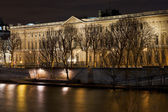Quai du louvre in Paris at night — Stock Photo