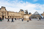 Louvre Museum and Pyramid, Paris — Стоковое фото