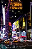 Broadway cerca de times square en nueva york por la noche — Foto de Stock