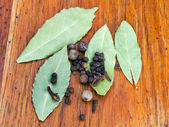 Bay leaves and black pepper seeds — Stock Photo