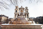 Vue de face de la fontaine saint-sulpice et l'église de paris — Photo