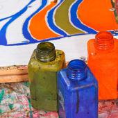 Bouteilles avec des colorants pour batik froid — Photo