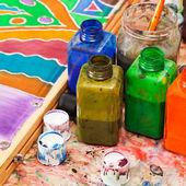Penseel en flessen met kleurstoffen — Stockfoto