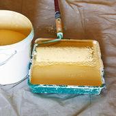 Brosse de rouleau de peintre et un seau avec de la peinture — Photo
