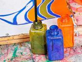 Färg flaskor med färgämnen — Stockfoto