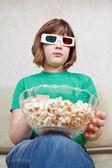 Mädchen tv-filme in 3d stereo brille — Stockfoto