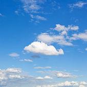 Bílé mraky modré obloze v letní den — Stock fotografie