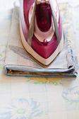 Iron ironing bedclothes — Stock Photo