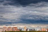 şehirde sonbahar üzerinde koyu mavi yağmurlu bulutlar — Stok fotoğraf
