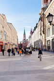 Tourists on renovated Nikolskaya street in Moscow — Stock Photo