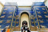 Tourists in Ishtar Gate Hall of Pergamon Museum — Stock Photo
