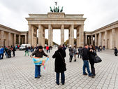 Tourists on pariser platz near brandenburg gate — Stock Photo