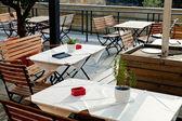 Prázdný stolky nábřeží restaurace — Stock fotografie