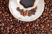 šálek kávy a restované fazolky — Stock fotografie