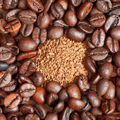 Instant coffee and roasted beans close up — Stock Photo