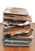 Stack Antiquarische Bücher auf Holztisch — Stockfoto