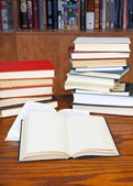 Open books on wooden table — 图库照片
