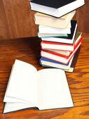 打开木桌子上的书 — 图库照片