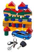Drzwi pojazdu kluczy, niebieski samochód model i blok dom — Zdjęcie stockowe