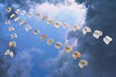 летающие книги в вечернее небо — Стоковое фото