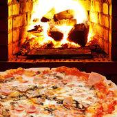 Pizza z szynką, grzyb i otworzyć ogień w piecu — Zdjęcie stockowe