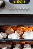 Preparação do merengue sobremesa doce no forno — Foto Stock