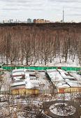Wiosna panoramę z miejskiego parku i pojazdu rzuca — Zdjęcie stockowe