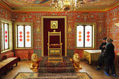 Tourists look at throne in Great Wooden Palace — Stock fotografie