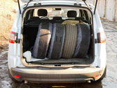 Set of tires in trunk of car — Stock fotografie