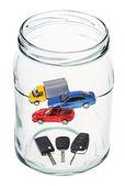 车和开着的玻璃罐子里的钥匙 — 图库照片