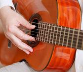 Мужчина играет на типичных акустическая гитара — Стоковое фото