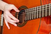 Ręka gra gitara akustyczna — Zdjęcie stockowe