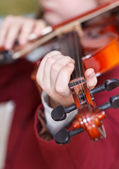 Girl plays on violin - chord on fingerboard — Stockfoto