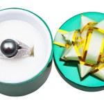 白金戒指与黑色珍珠在开放绿色的盒子 — 图库照片 #47150845