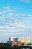 Grote appartementengebouw onder blauw zomer hemel — Stockfoto