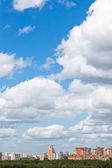 Woolpack nubes en el districto urbano — Foto de Stock