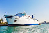 White cruise liner in port of Athens — Stok fotoğraf