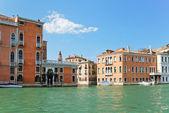 Fasader av hus längs grand canal, venedig — Stockfoto