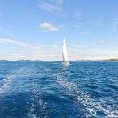 Witte zeiljacht in blauwe adriatische zee — Stockfoto