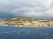 Uitzicht op de stad reggio di calabria van zee — Stockfoto