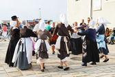 Любители в родной платьях танцуют народный танец — Стоковое фото