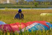 Pilota, siedząc na trawie, w oczekiwaniu na swoją kolej, aby uruchomić — Zdjęcie stockowe