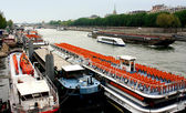 Excursion boats on the River Seine in Paris, France. — Stok fotoğraf