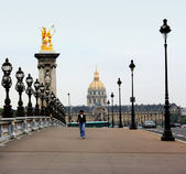 Paris, France - September 17, 2009: Pedestrian walking on the bridge of Alexander III. — Stock Photo