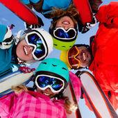Sci, neve, sole e in inverno il divertimento — Foto Stock