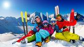 Skidor, snö, sol och vinter kul — Stockfoto