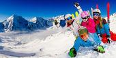 Lyže, sníh, slunce a zimní zábava — Stock fotografie
