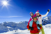 Kayak, kayakçı, güneş ve kış eğlence - aile kayakçı kış keyfi — Stok fotoğraf