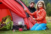 Tábor ve stanu - rodina nastavování stan v kempu — Stock fotografie