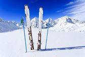 スキー、冬の季節、山々 のゲレンデでスキー ・ スノーボード用具 — ストック写真